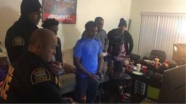 ABD'de Polis Baskın Yaptığı Evde Oyuna Daldı